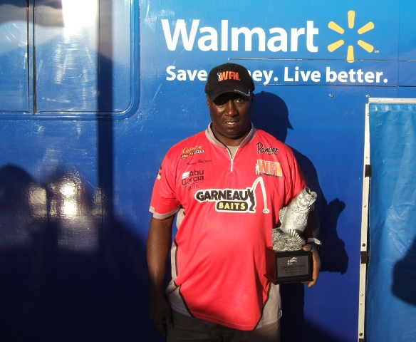 Tommy Robinson poses with his Walmart BFL Regional Barren River championship trophy 2011-10-20